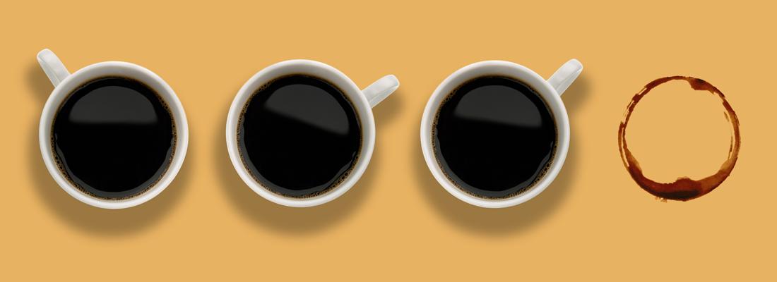 4つ目のカップがない3つのコーヒーカップ
