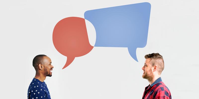 Dos personas con globos de diálogo sobre sus cabezas