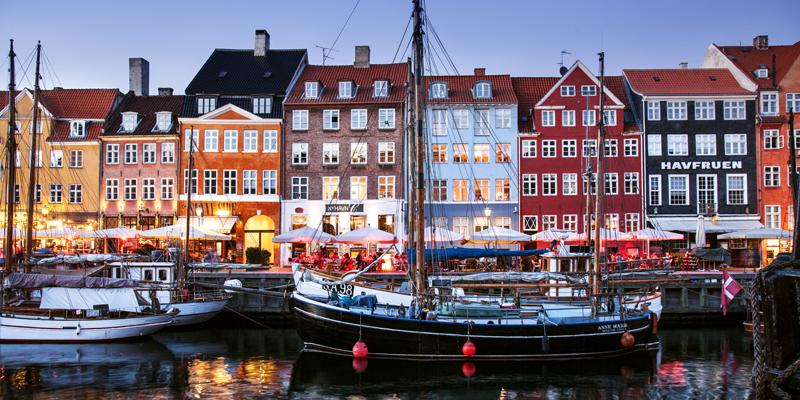 Canale danese con barca, © Kim Wyon